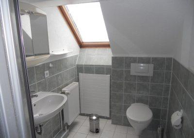 bad-mit-dusche-in-der-oberen-etage