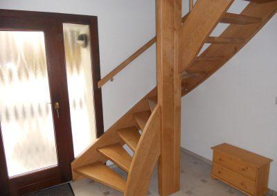 hauseingangstuer-mit-treppenaufgang